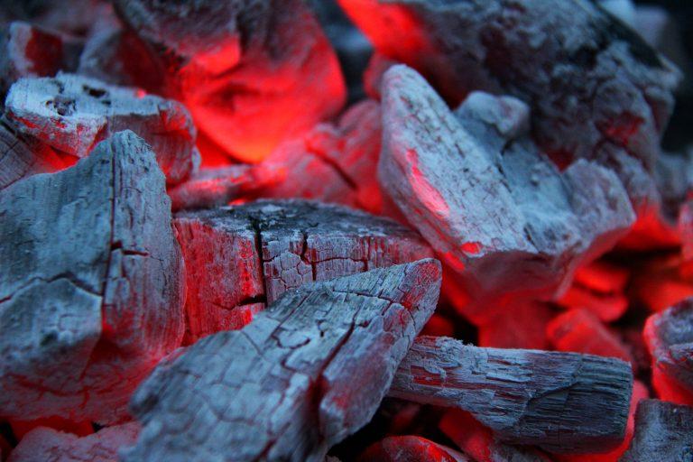 Glühende Holzkohle als Symbolbild für die alte Siegerländer Kohlenmeiler-Tradition